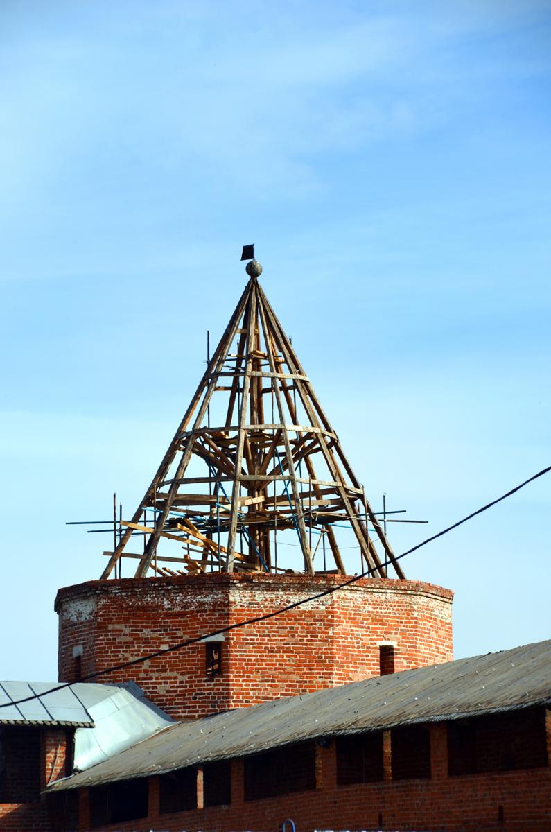 4. Реставрируют башни и Никольский собор.